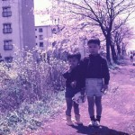 弟と河川沿い遊歩道にて